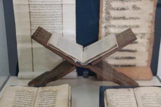Atriles hechos con una sola pieza de madera. Una labor artesana dificilísima