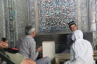 Mḉas fieles hablando con el joven imán. En este caso no he borrado la cara pues el guía pidió permiso y él nos autorizó a sacarle