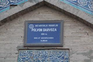 Salimos de las murallas por la Polvon Darvoza (La puerta del luchador). puerta del este