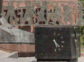 Observen que la parte de atrás, en el muiro también forma parte del grupo escultótico. El reloj marca la hora del terremoto