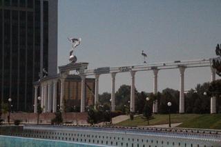 Plaza de la independencia. Las aves son cigüeñas