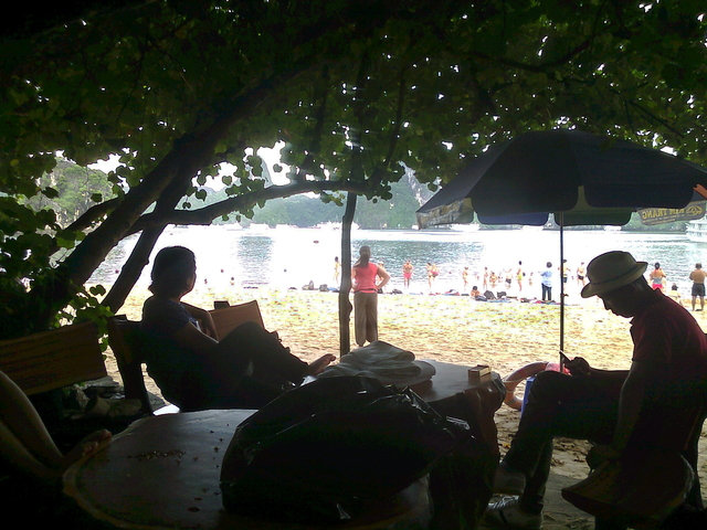 Aspecto de la playa Ti top desde los árboles que nos sirvieron de sombra.