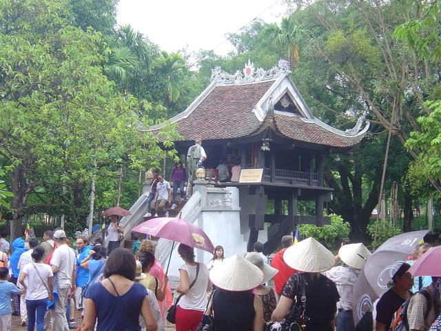 Cola de vietnamitas y españoles para subir a pedir los favores de la diosa