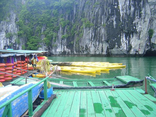 Los kayaks y a la derecha la cueva.