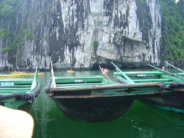 Barca similar a la que nosotros usamos. Al fondo la cueva.