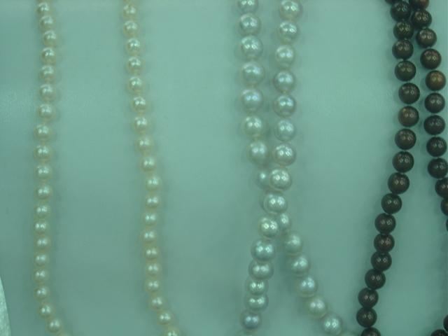 Perlas amarillas, blancas y negras.