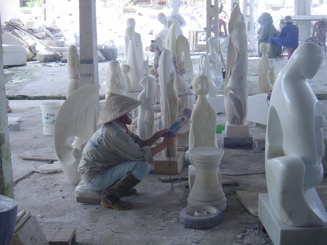 Trabajador puliendo una escultura
