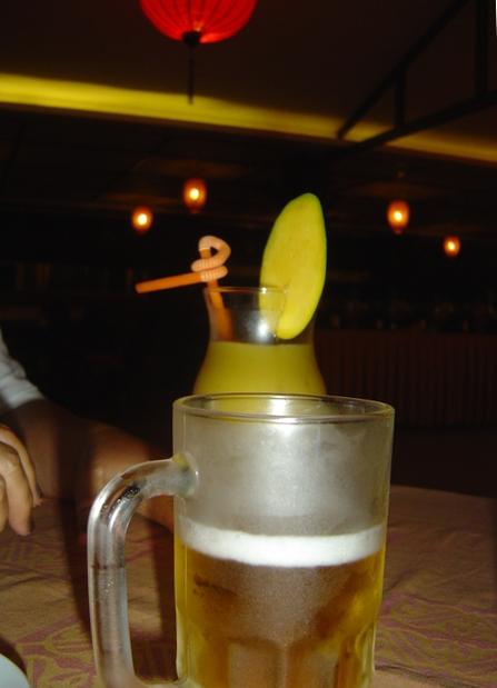 Cerveza y al fondo zumo de mango.