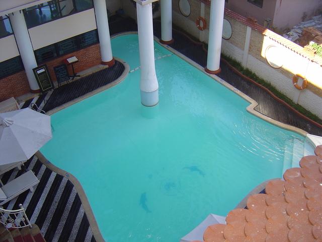 La piscina del hotel, vista desde el pasillo de nuestra habitación.