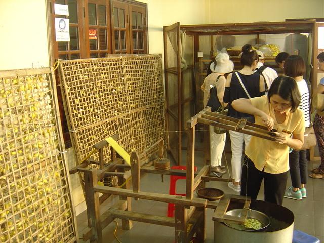 Preparando el hilado de la seda.