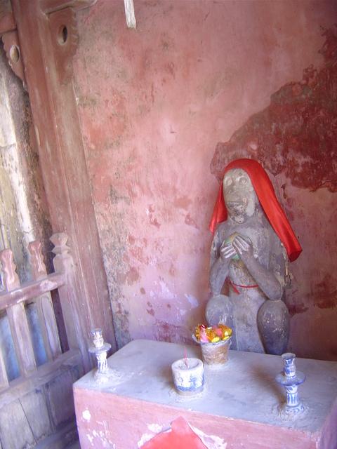 En el interior del templo hay imñagenes religiosas, donde los fieles dejan ofrendas, y un pequeño templo.