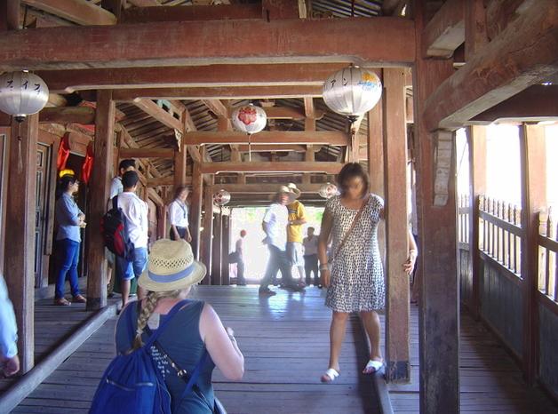 El interior del puente.