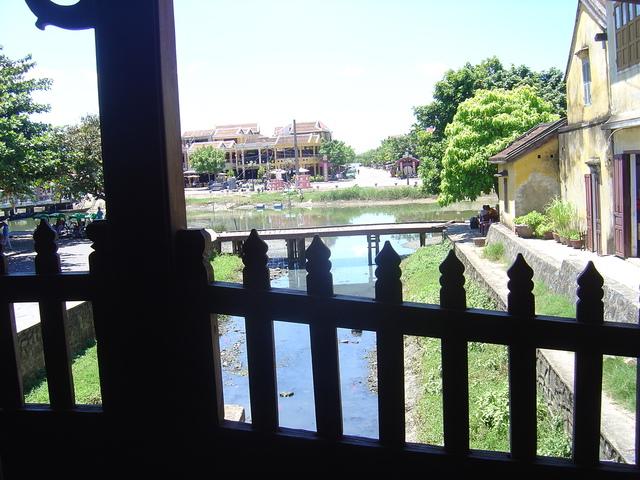 El río visto desde el puente.