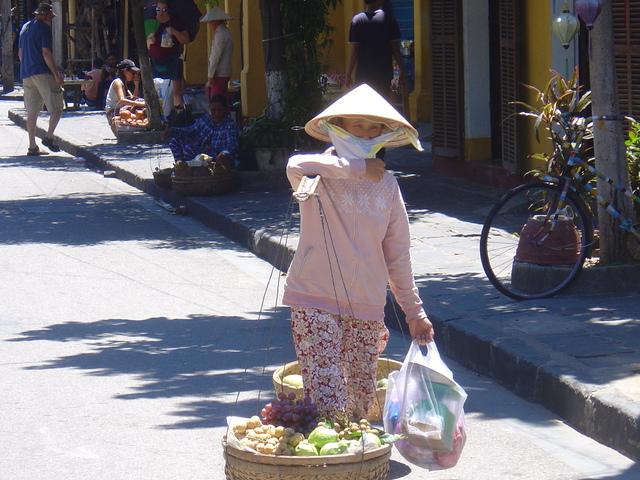 Vendedora de fruta. Observe el pañuelo que le tapa la cara.
