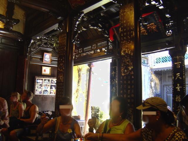 En el interior de la casa abunda la madera negra con decoración dorada.