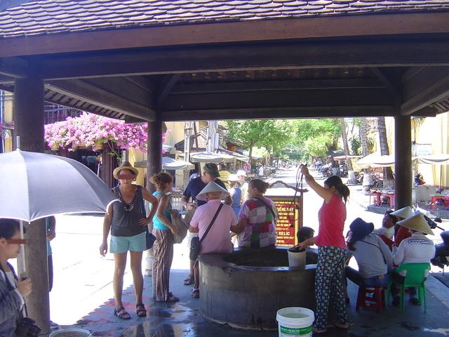 A la entrada del mercado hay un pozo de agua.