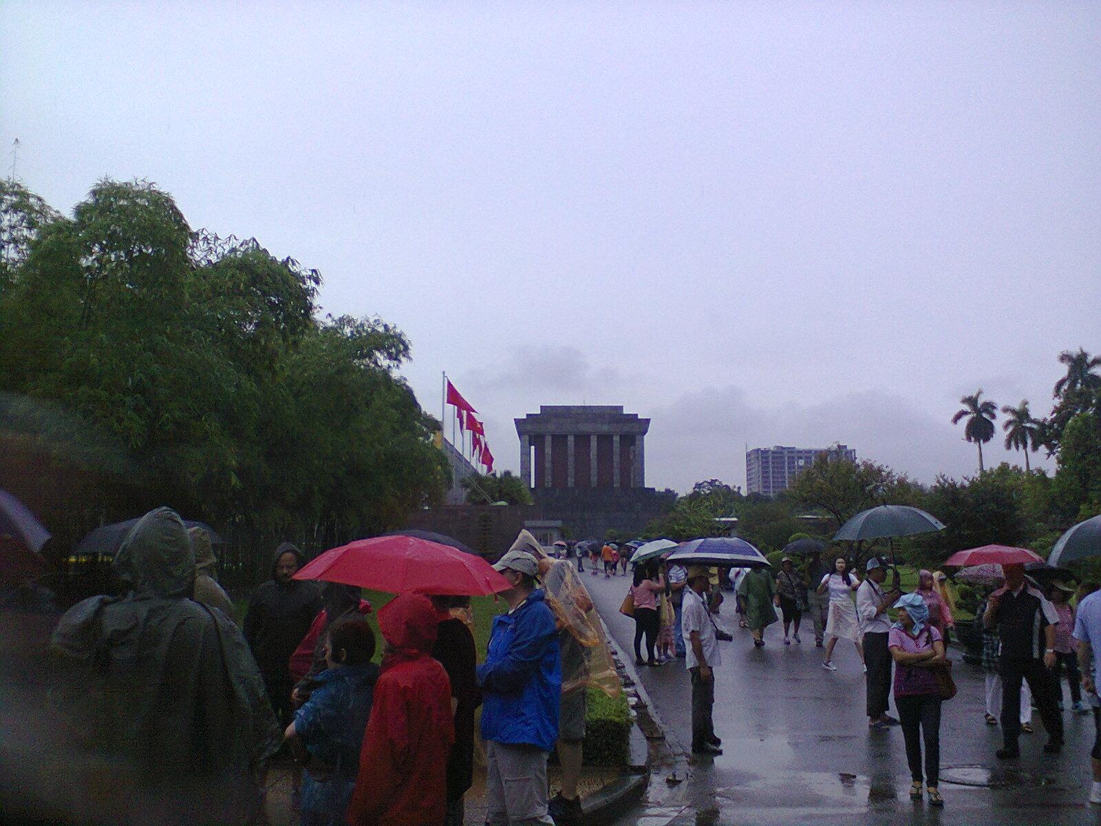 A lo lejos, el mausoleo de Ho Chi Ming