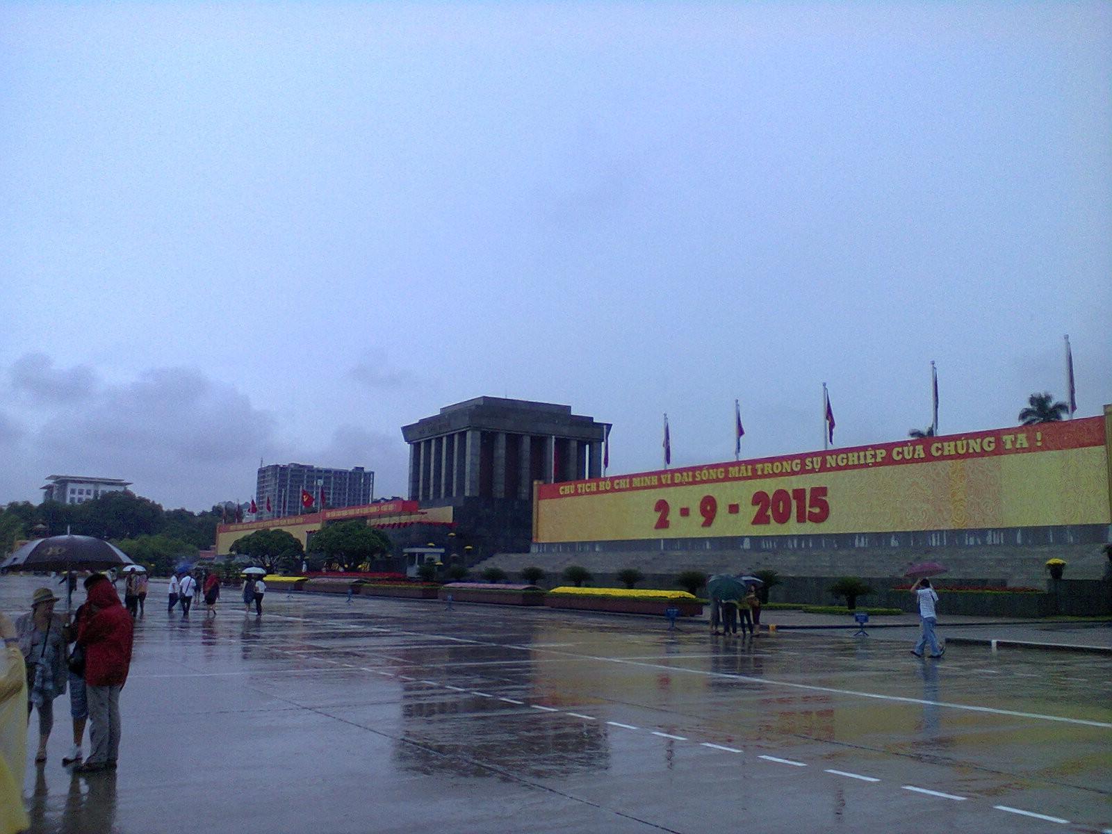 Otra vista del mausoleo donde se ven los letreros señalando el día de la independencia
