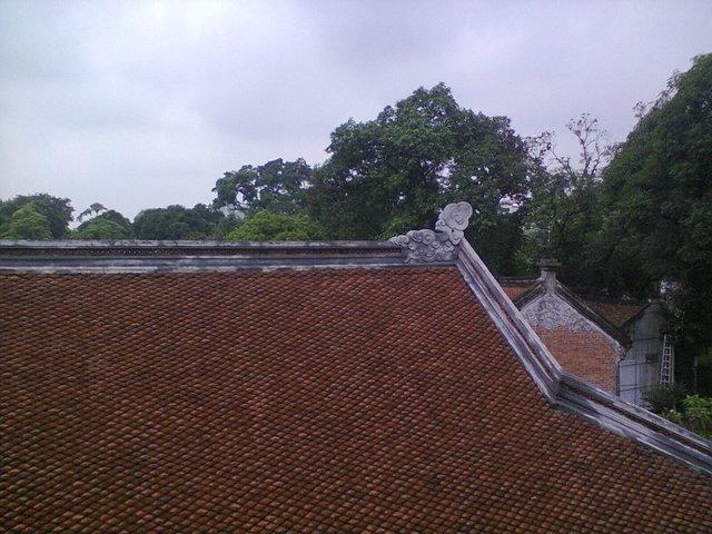 """Las tejas son """"escamas de dragón"""". En la parte más alta del tejado hay representación de nubes"""