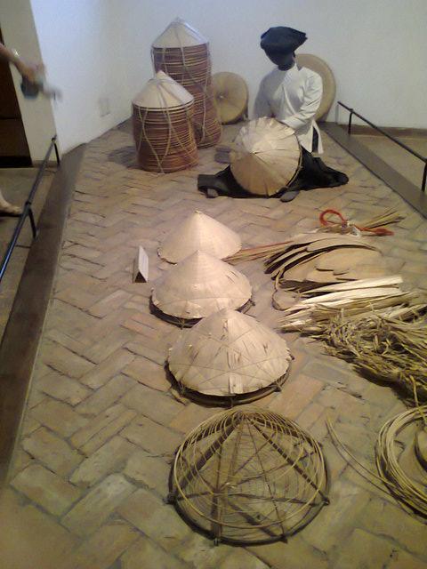 Fases de la construcción del típico sombrero vietnamita