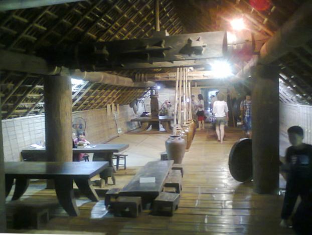 El interior de la casa. Observen la viga del techo con lagartos tallados en la madera