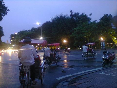 Triciclos al  anochecer en Hanoi