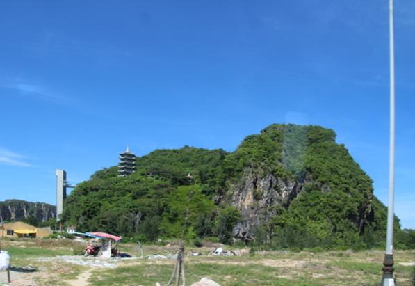 Una montaña de mármol y su pagoda.