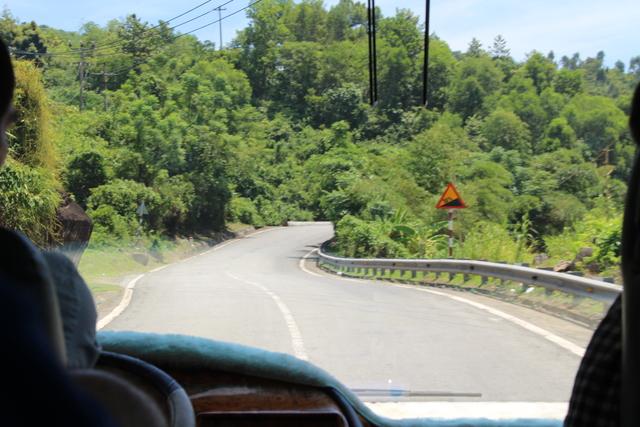 la carretera vista desde el autobús.