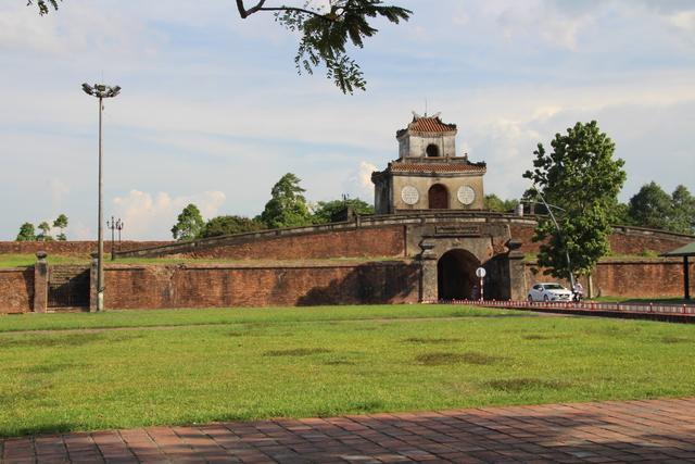 Una entrada a la Ciudad Imperial, con torre de vigía.