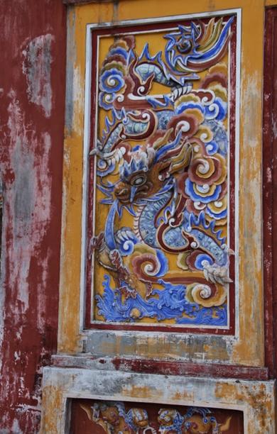Detalle del dragón en bajorrelieve de la puerta