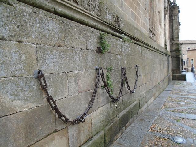 Cadenas de hierro en el exterior de la Catedral.