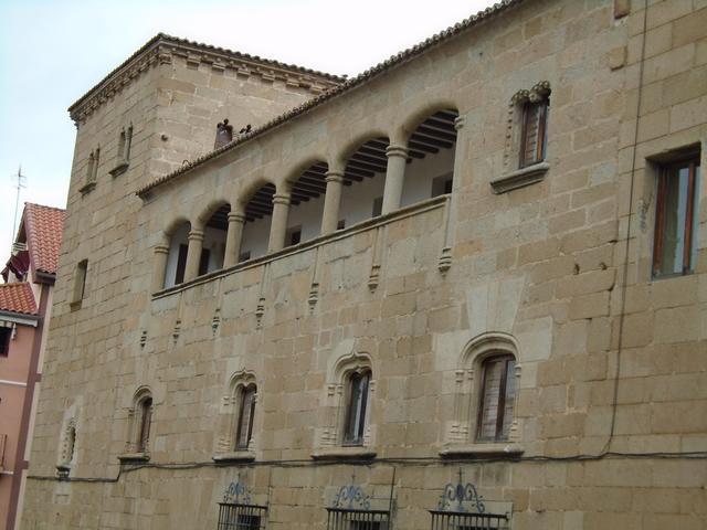 Palacio de justicia = casa del arcediano de Trujillo.