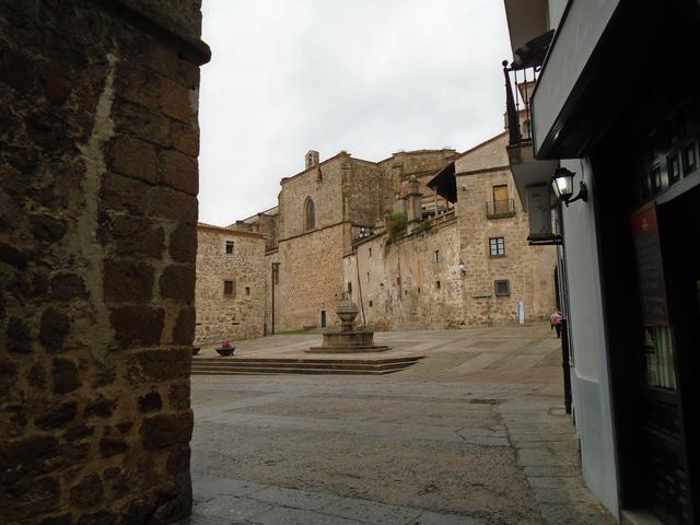 A la izquierda el muro románico de San Nicolás. En el centro la fuente de la plaza que lleva el nombre de la iglesia.