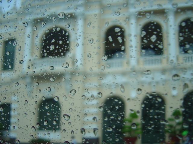 Entre las gotas de agua podemos apreciar algún bonito edificio.