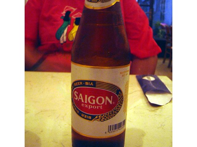 Cerveza local Saigon. Btante buena.