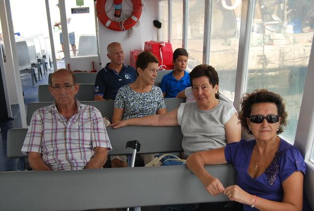 Embarcados- Nuestro presidente en primera fila a la izquierda.