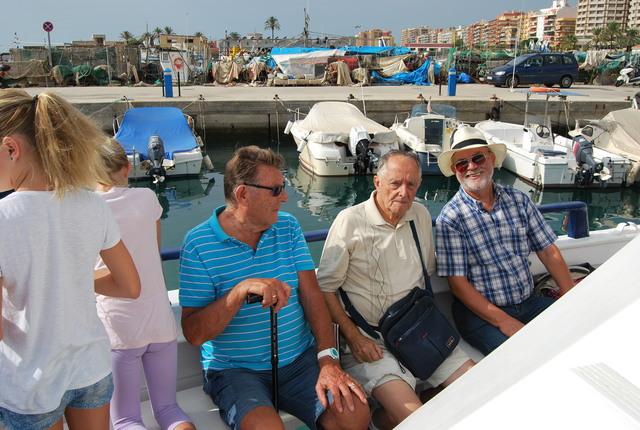 Algunos de nuestros consocios sentados en la parte soleada del barco.