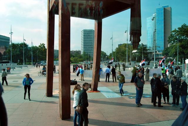 La silla rota, que según su autor es un símbolo del rechazo a las minas antipersonas y mins de racimo.