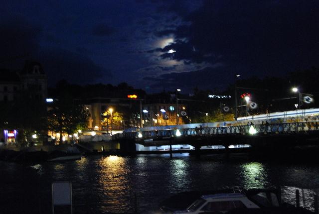 Luna sobre Zurich.