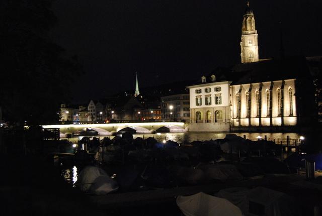 Zurich de noche. A la derecha, la torre de la catedral. En el centro, torre de color verde, a Fraumünster.