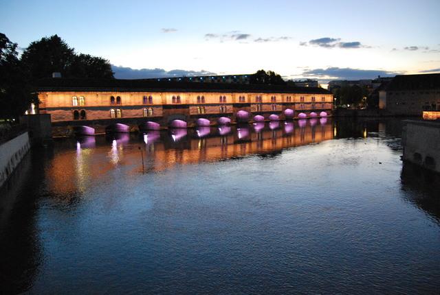 Un puente cubierto al anochecer.