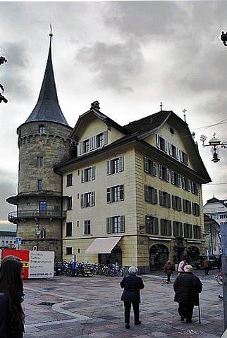 Casa con torre de castillo en la ciudad vieja de Lucerna.