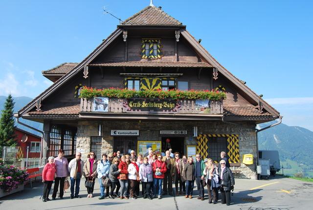El grupo frente a la estación del funicular de Seelisberg en el pueblo de Treib.