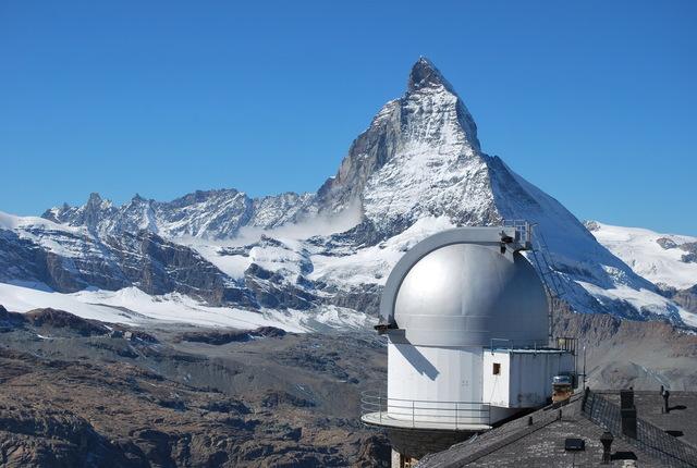 Oservatorio astronómico y el monte Cervino.