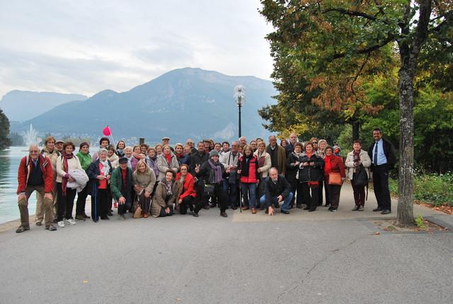 El grupo posando a la orilla del lago Annency.