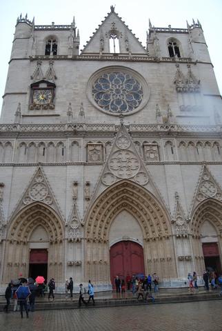 Otra vista de la catedral de Lyon donde se ven las puertas de la fachada.