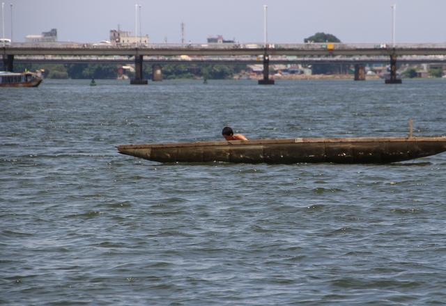Pescador en el río de los perfumes ( Song Huong).