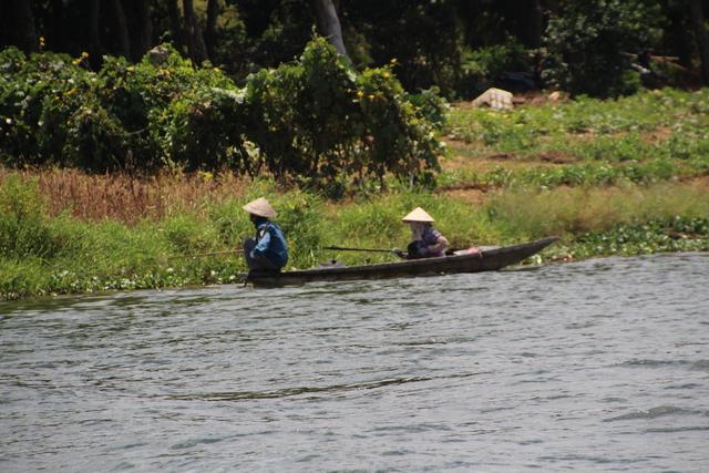 No sabemos que están haciendo aunque parece que tienen cañas de pescar en las manos.