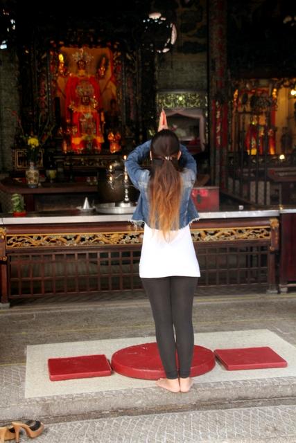 Mujer rezando a la diosa del mar.
