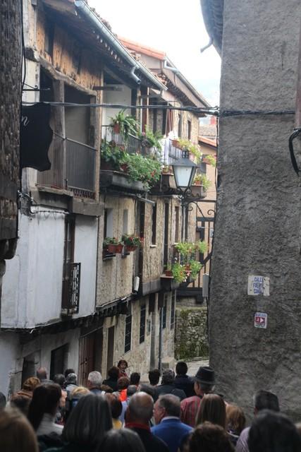 Nuestro grupo entrando en las mediavales calles de La Alberca.